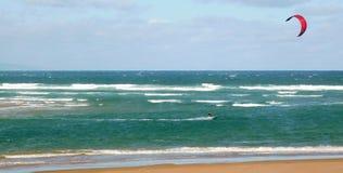 Vlieger die voor de kust surfen stock foto's