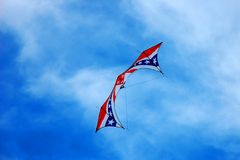 Vlieger met Amerikaanse vlag op blauwe hemel Royalty-vrije Stock Foto