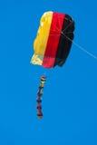 Vlieger met blauwe hemel Stock Afbeelding