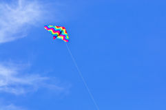 Vlieger op blauwe hemel Royalty-vrije Stock Foto's