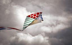 Vlieger op een bewolkte hemel Royalty-vrije Stock Fotografie