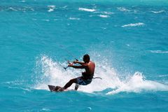 Vlieger surfer op de lagune stock fotografie