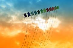 Vliegers in de hemel Stock Afbeeldingen