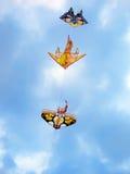 Vliegers die in de hemel vliegen Stock Afbeelding
