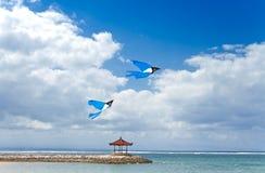 Vliegers die op blauwe hemel vliegen Stock Foto's