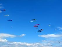 Vliegers in een heldere blauwe hemel Stock Foto