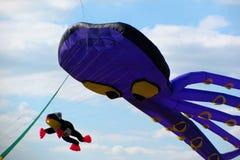 Vliegers in een heldere blauwe hemel Stock Foto's