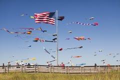 Vliegers en strandpromenade Stock Foto's