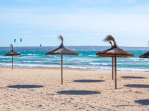 Vliegers en stro parasols in sterke wind en stro parasols stock foto's