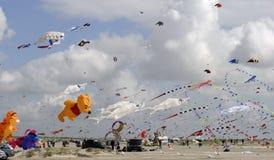 Vliegers helemaal over het strand Stock Foto's