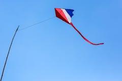 Vliegers op blauwe hemel Stock Afbeelding
