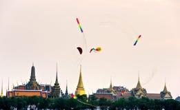 Vliegers over Bangkok bij schemer, Bangkok, Thailandia. Royalty-vrije Stock Foto's