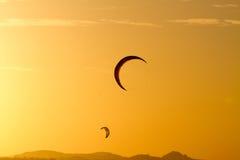 Vliegersilhouetten in de zonsondergang Stock Foto