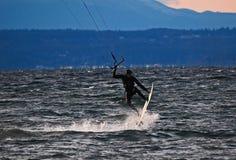 Vliegersurfer die luchtwind het inschepen vangen Royalty-vrije Stock Fotografie