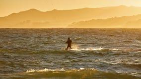 Vliegersurfer in een zonsonderganglicht royalty-vrije stock fotografie