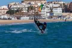 Vliegersurfer in Palamos-Baai in een zeer winderige dag op 10 Maart, 2018, Spanje Royalty-vrije Stock Foto's
