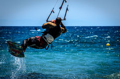 Vliegersurfers bij Guadalmansa-Strand Stock Foto's