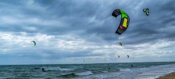 Vliegersurfers onder de stormachtige hemel royalty-vrije stock foto