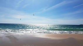 Vliegersurfers op de Middellandse Zee stock videobeelden