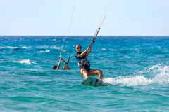 Vliegersurfers op het strand royalty-vrije stock fotografie