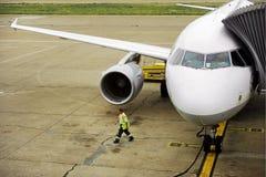 Vliegtuig aan jetway wordt aangesloten die Stock Fotografie