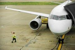 Vliegtuig aan jetway wordt aangesloten die Stock Afbeeldingen