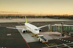 Vliegtuig bij de eindpoort klaar voor start Internationale Luchthaven Stock Afbeeldingen