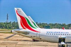 Vliegtuig bij de Internationale Luchthaven Colombo Airport van Bandaranaike stock foto