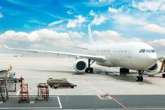 Vliegtuig bij de luchthaven stock foto's