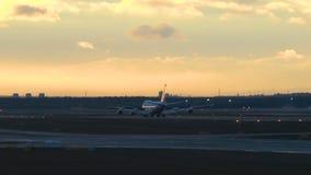 Vliegtuig bij de luchthaven stock footage
