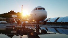 Vliegtuig bij de luchthaven Blauwe ochtend Reis en bedrijfsconcept stock video