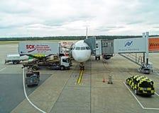 Vliegtuig bij de luchthaven in Nuremberg Royalty-vrije Stock Afbeeldingen