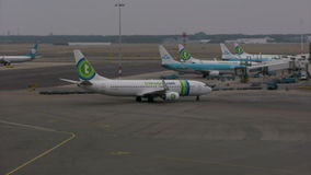 Vliegtuig bij de luchthaven van Amsterdam Schiphol stock videobeelden