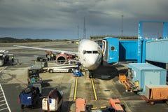 Vliegtuig bij de poort in Noorwegen, flesland Bergen Royalty-vrije Stock Foto