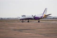 Vliegtuig bij de ruimte van het baanexemplaar Stock Foto