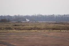 Vliegtuig bij de ruimte van het baanexemplaar Stock Foto's