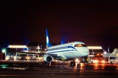 Vliegtuig bij de terminal wordt gedokt die Stock Fotografie