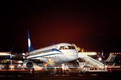 Vliegtuig bij de terminal wordt gedokt die Stock Foto