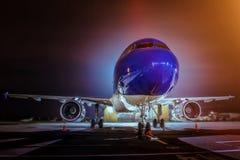 Vliegtuig bij de terminal wordt gedokt die Royalty-vrije Stock Foto