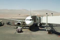 Vliegtuig bij de woestijnluchthaven Stock Foto's