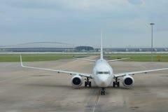 Vliegtuig bij een luchthaven Royalty-vrije Stock Foto