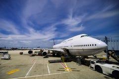 Vliegtuig bij een luchthaven Stock Foto