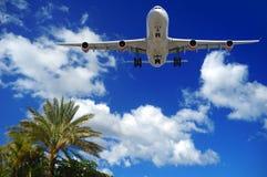 Vliegtuig bij exotische bestemming Royalty-vrije Stock Foto's