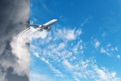 Vliegtuig bij grijs en de achtergrond van de bluhemel Royalty-vrije Stock Foto