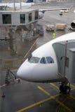 Vliegtuig bij luchthaven Royalty-vrije Stock Afbeelding