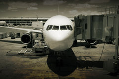 Vliegtuig bij luchthaven Royalty-vrije Stock Foto's