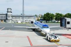 Vliegtuig bij luchthaven Stock Foto's