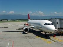 Vliegtuig bij luchthaven Stock Foto