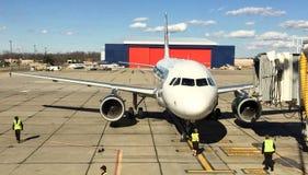 Vliegtuig bij luchthaven Royalty-vrije Stock Foto
