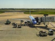 Vliegtuig bij Luchthaven wordt geparkeerd die royalty-vrije stock fotografie